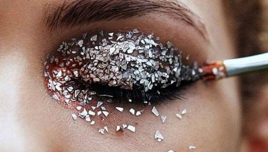 Šljokičasti strobing je praznični beauty trend #1