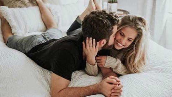 5 romantičnih pitanja koje treba da postaviš svom muškarcu zbog snažnije veze
