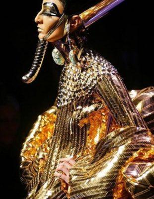 Modna retrospektiva: Priče koje se kriju iza svake Dior Couture kolekcije Johna Galliana
