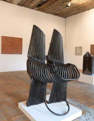 Veliki broj skulptura iz različitih faza stvaralaštva Mire Brtke, izložen u Muzeju grada Beograda