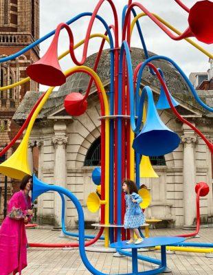 Interaktivna šarena instalacija koja posetioce povezuje sa zvucima Londona